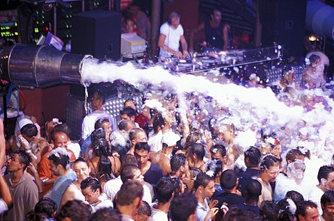 People at a foam party at the Disco Kadoc, Vilamoura, Albufeira, Algarve, Portugal, Europa