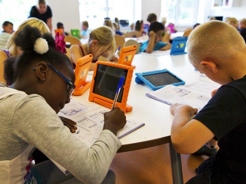 steve-jobs-school-students-ipad-classroom